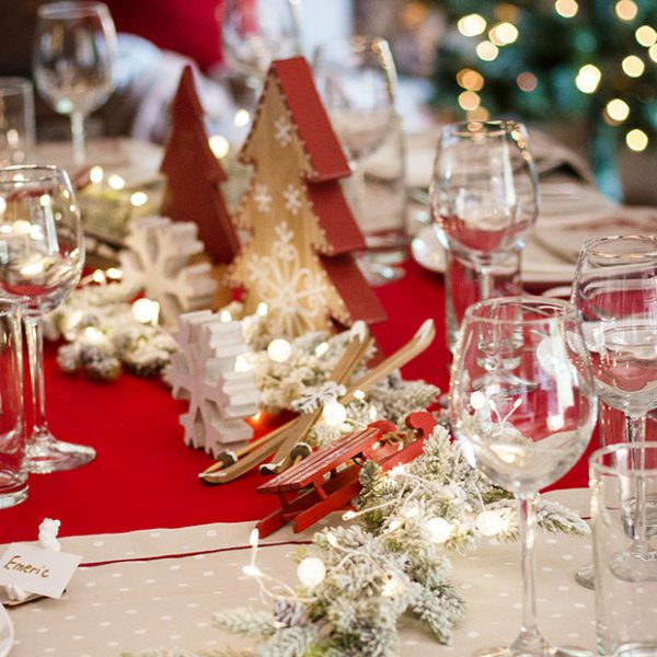 christmas-decorative-table-set-red-tablecltoh-chic-chalet-35set-deco