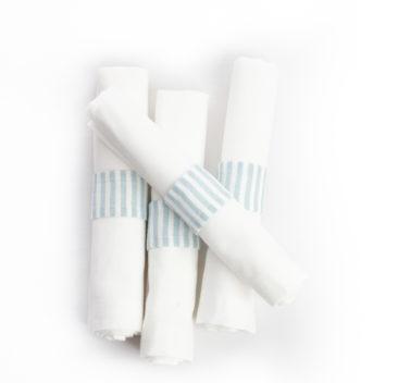 Serviettes de table blanches avec anneaux a rayure