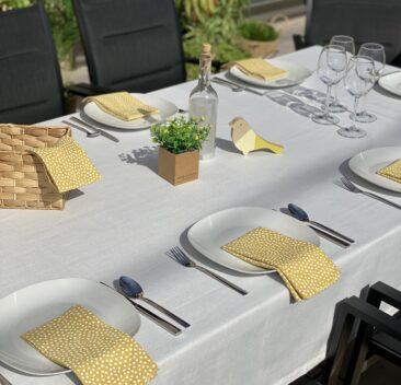 nappe-blanche-serviette-table-jaune-soleil-decor-table-white-tablecloth-yellow-table-napkin-decorative-set-35set-deco